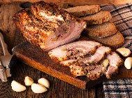 Рецепта Пълнено свинско руло от джолан с хляб, кашкавал, кисели краставички и маслини на фурна